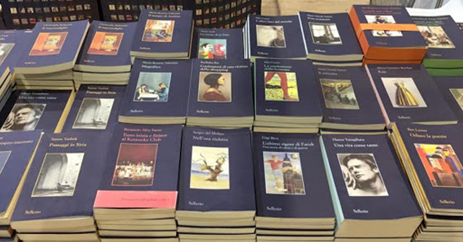 Autori Sellerio: li si riconosce subito dai caratteristici libretti con la copertina blu scuro, un largo margine e l'immagine al centro