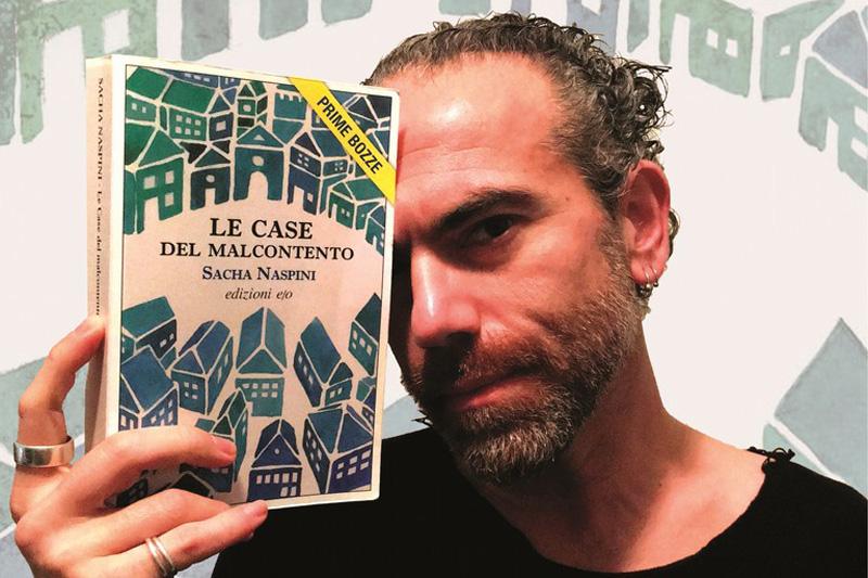 Sacha Naspini con il suo primo libro pubblicato dalle Edizioni e/o